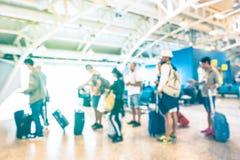 Personnes defocused brouillées attendant dans la file d'attente à la porte de terminal d'aéroport Photographie stock libre de droits
