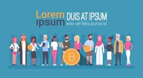 Personnes différentes tenant concept de devise de Digital de Bitcoin d'argent d'or de Web le crypto Photographie stock