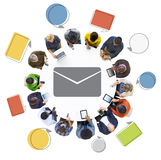 Personnes diverses à l'aide des dispositifs de Digital avec l'icône d'email Images stock