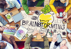 Personnes diverses avec des illustrations de photo faisant un brainstorm Photos libres de droits