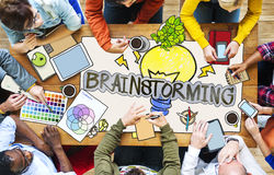 Personnes diverses avec des illustrations de photo faisant un brainstorm Photographie stock