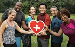 Personnes diverses avec l'icône de soins de santé photographie stock libre de droits