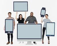 Personnes diverses avec la diverse maquette des dispositifs numériques image stock