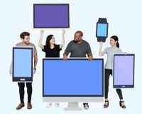 Personnes diverses avec la diverse maquette des dispositifs numériques images stock