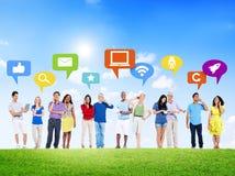 Personnes diverses avec les icônes sociales de media Image libre de droits