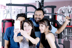 Personnes diverses prenant le selfie au centre de fitness Images libres de droits