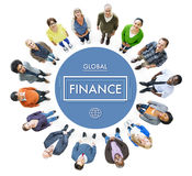 Personnes diverses recherchant et concept global de finances Photo stock