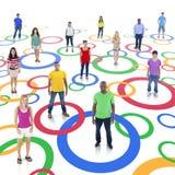 Personnes diverses reliées par des cercles image stock