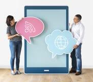 Personnes diverses tenant des bulles de la parole et tabletCouple tenant les bulles et le comprimé de la parole Photographie stock