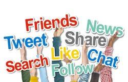 Personnes diverses tenant des mots sociaux de media Photographie stock libre de droits