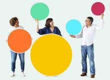 Personnes diverses tenant les cercles vides colorés Image stock