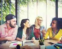 Personnes diverses étudiant le concept de campus d'étudiants Photographie stock libre de droits