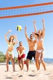 Personnes en bonne santé jouant la volée de plage Images libres de droits