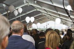 Personnes en deuil aux funérailles pour des victimes de tremblement de terre d'Amatrice et d'Accumuli, Italie Image stock
