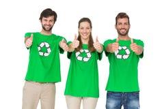 Personnes en réutilisant des T-shirts de symbole faisant des gestes des pouces  Photo stock