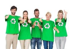 Personnes en réutilisant des T-shirts de symbole faisant des gestes des pouces  Photos stock