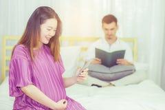 Personnes enceintes d'Asiatique et concept d'attente - enceinte heureux Images stock