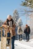 Personnes ensoleillées de jour d'hiver dans la campagne de neige Photo libre de droits