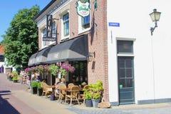 Personnes ensoleillées de terrasse de restaurant, Naarden, Pays-Bas Photo stock