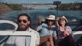 Personnes enthousiastes sur la célébration de bateau Image stock