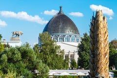 Personnes et touristes de réunion des pavillons et des fontaines Photos stock