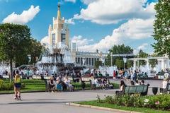 Personnes et touristes des pavillons et fontaines de réunion sur VDN Photo stock