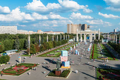 Personnes et touristes des pavillons et fontaines de réunion sur VDN Images libres de droits