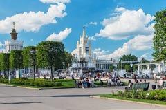 Personnes et touristes des pavillons et fontaines de réunion sur VDN Photo libre de droits