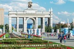 Personnes et touristes des pavillons et fontaines de réunion sur VDNH Images libres de droits