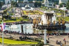 Personnes et touristes des pavillons et fontaines de réunion sur VDNH Photos stock