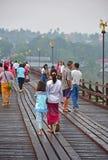 Personnes et touristes locaux sur le pont de lundi Photo stock