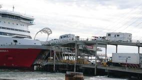 Personnes et véhicules de embarquement dedans au bateau Photos stock