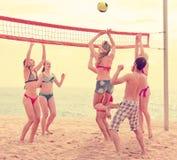 Personnes folâtres jouant la volée sur la plage Images stock