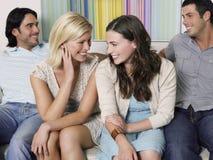 Personnes gaies s'asseyant sur le sofa Photo libre de droits
