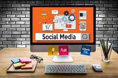 Personnes globales de media de communication sociale de connexion employant Mobil Photographie stock