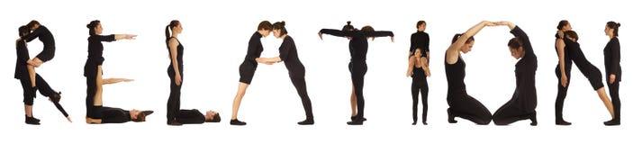 Personnes habillées par noir formant le mot de RELATION photos stock