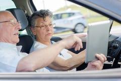 Personnes heureuses âgées appréciant le voyage par la route dans la voiture Photos libres de droits