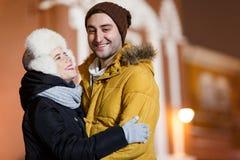 Personnes heureuses étreignant sur la ville Photographie stock