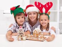 Personnes heureuses au temps de Noël Photographie stock libre de droits