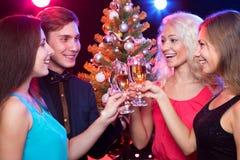 Personnes heureuses autour de l'arbre de Noël Images stock