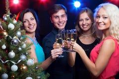 Personnes heureuses autour de l'arbre de Noël Photographie stock
