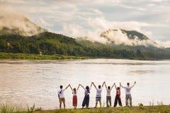 Personnes heureuses avec des bras augmentés et appréciant la belle forêt tropicale tropicale Photos libres de droits