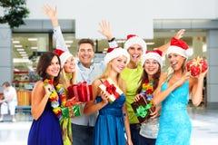 Personnes heureuses avec des cadeaux de Noël Photo stock