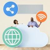 Personnes heureuses avec des icônes de nuage et de technologie Photographie stock