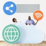 Personnes heureuses avec des icônes de nuage et de technologie Photographie stock libre de droits
