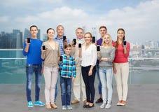 Personnes heureuses avec des smartphones au-dessus du bord de l'eau de ville Image stock