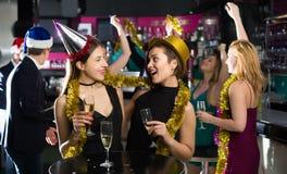 Personnes heureuses célébrant la nouvelle année Photographie stock