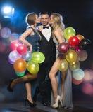 Personnes heureuses célébrant le réveillon de la Saint Sylvestre photographie stock