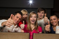 Personnes heureuses dans le théâtre de film Photo stock