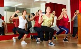 Personnes heureuses dansant dans le gymnase photos stock